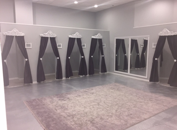 Très Jolie - Edmond, OK. Private Fitting Rooms